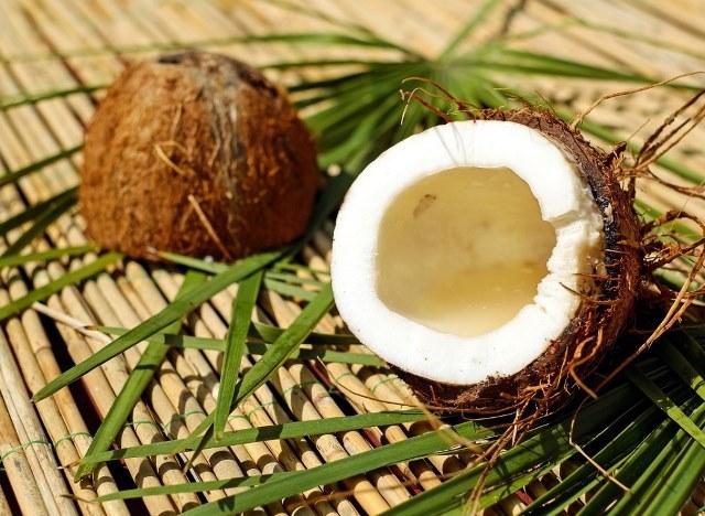 как правильно открыть кокос в домашних условиях